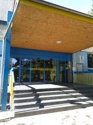 Hlavní vchod školy